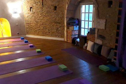 Cours de yoga sur un tapis