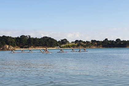 Yoga sur des planches de paddle sur la mer