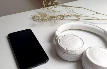 Casque JBL et Téléphone