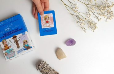 Cartes Défi des 100 jours sur table blanche sauge et cristaux